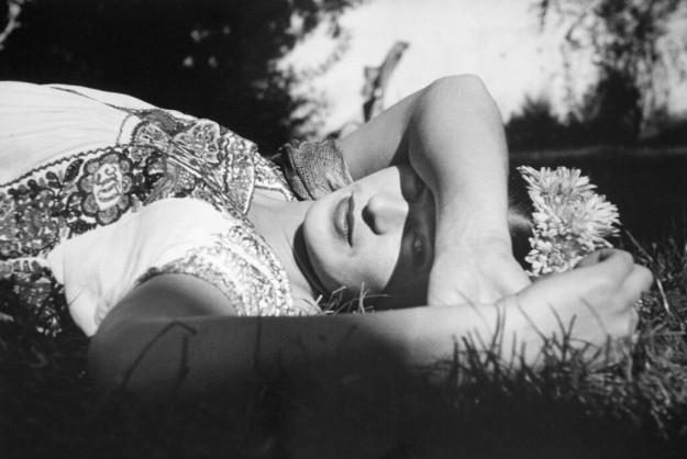 El fotográfo colombiano retrata a la artista Frida Kahlo, calificada como una surrealista espontánea de su época. Una colección enigmática, muestra de la capacidad narrativa de la pintora a través de las instantáneas.