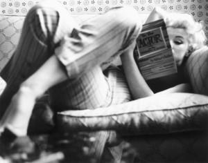 Marilyn Monroe leyendo.
