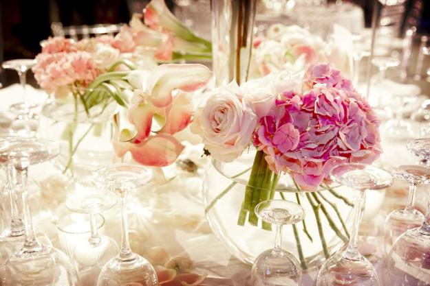 Hortensias y rosas para decorar las mesas de tu boda, por Bourguignon.