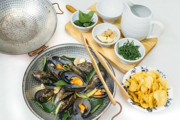 Mejillones XL de la Isla de Arosa al Ribeiro con hoja de limonero, jengibre, hinojo, salicornia y junquillo de mar