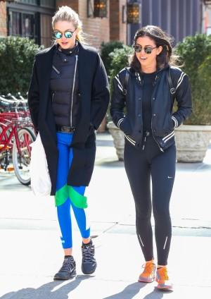 Gigi Hadid y una amiga de camino al gym.
