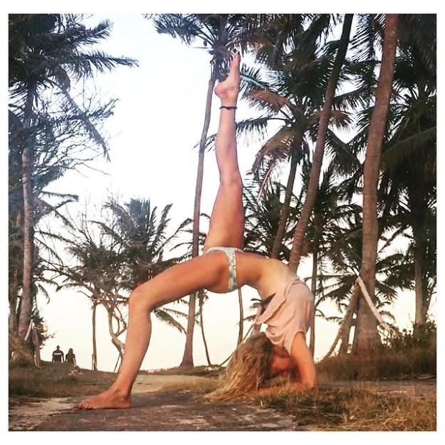 Haciendo yoga en el Caribe.