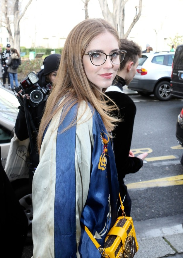 La bloggera italiana Chiara Ferragni luce su pelo liso con sus gafas para acudir a un desfile.