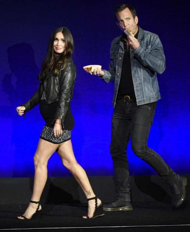 Megan Fox lució embarazo en el estreno de su última película.