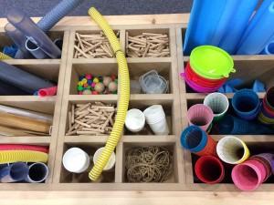 Espacio equipado con bancos, mesas de trabajo y de pruebas para que los niños puedan practicar.