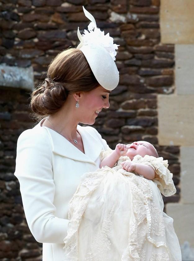 El moño bajo en forma de nido es el mejor aliado para cualquier tocado. Toma nota de este que Kate Middleton lució en el bautizo de su hija Carlota.