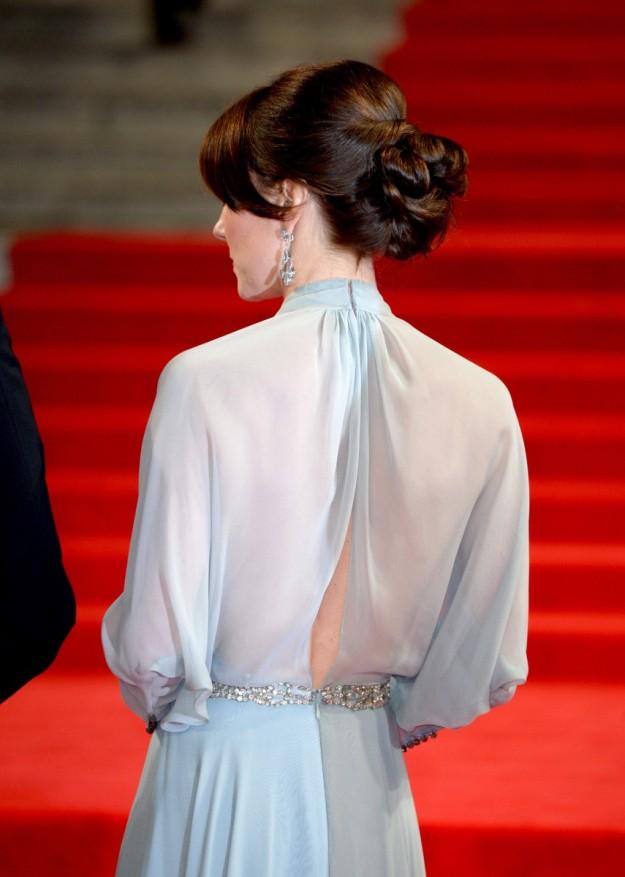 Kate Middleton ha lucido un moño bajo con volumen y flequillo suelto. Con unos pendientes largos, ¡será la combinación perfecta!
