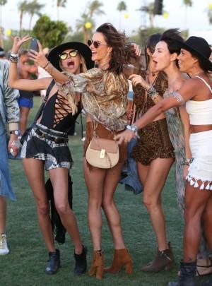 Alessandra Ambrosio y su grupo de amigas no faltan a la cita con Coachella.