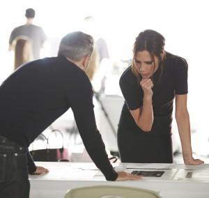 Victoria Beckham trabajando en su edición de maquillaje