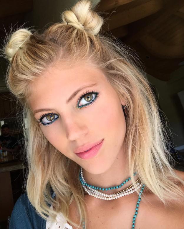 La modelo Devon Windsor eligió este look para ir al Festival de Coachella: dos moños con la parte inferior del pelo suelta.