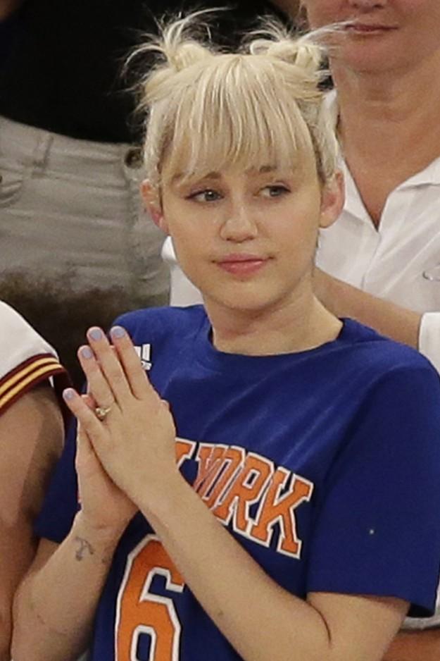 Miley Cyrus optó por recoger todo el cabello en estos dos moños, un look muy repetidio por la cantante.