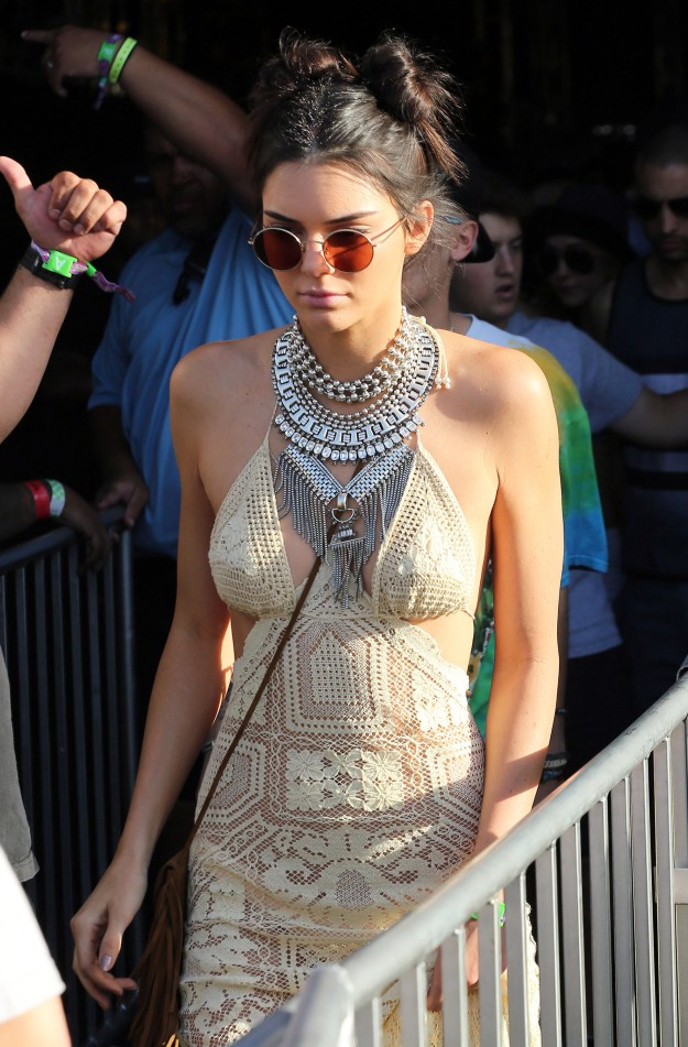 Los dos moños con volumen son la elección de Kendall Jenner para acudir al Festival de Coachella. Ficha este peinado, dejando las puntas que sobresalgan del moño.
