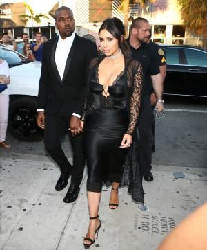 El matrimonio West Kardashian a su llegada a la boda.