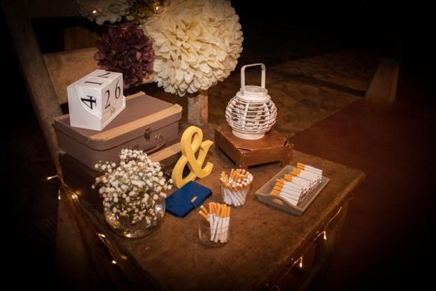 Una coqueta mesa decorada contenía cigarrillos para los invitados.