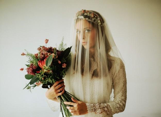 novia con velo y ramo de flores