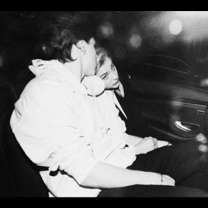 La imagen que publicaba Brooklyn Beckham en su Instagram confirma el romance que vive con la actriz.