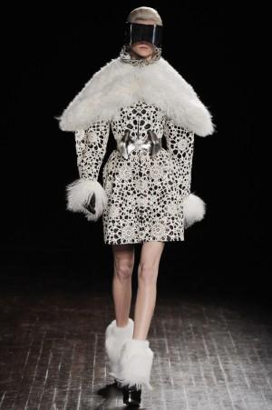 Diseño futurista de Alexander McQueen para el Otoño 2012.