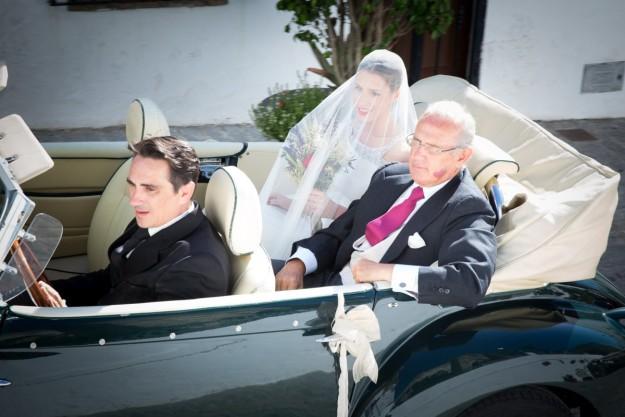 novia con padrino en coche