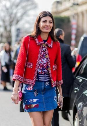 La estilista Giovanna Battaglia con una chaqueta de manga tres cuartos y minifalda vaquera con parches.