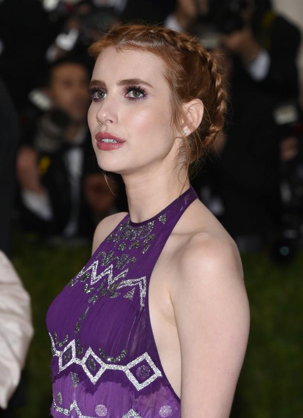 La actriz Emma Roberts le dió un toque muy chic a su recogido con la trenza.