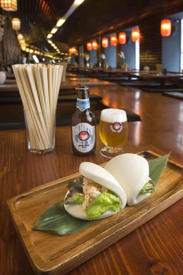 Kakuni Bao, bollo al vapor bao con panceta marinada a baja temperatura, pepino y salsa estilo Hakata