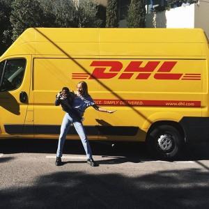 La instagramer con un camión de DHL de fondo, haciendo honor al último hype de la moda creado por la firma francesa Vetements.