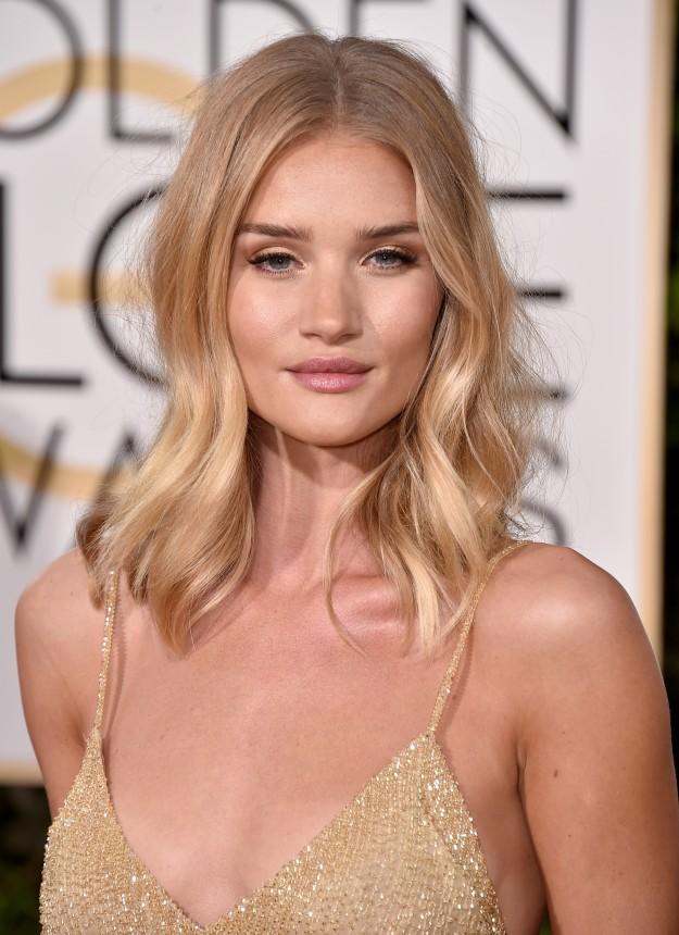 Para la Gla de los Globos de Oro, la modelo optó por tonos dorados, combinándolo con el tono de su vestido.