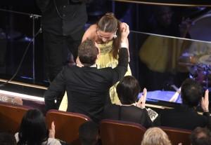 Alicia Vikander besaba a Michael Fassbender antes de recoger un Oscar como Mejor Actriz de Reparto en febrero de 2016. Primera vez que la pareja hacía evidente su relación en público.