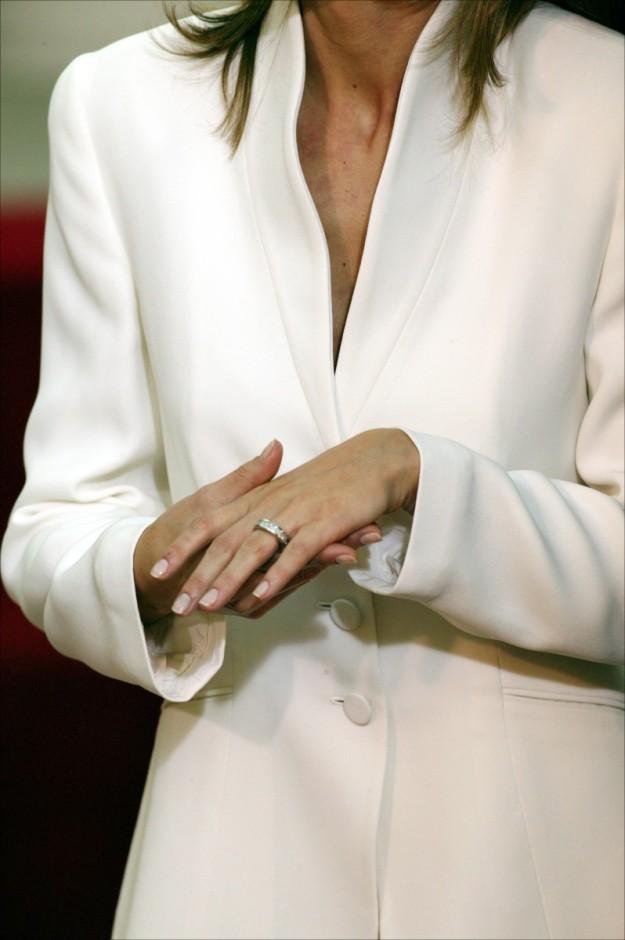 Pieza idéntica a la alianza de pedida de SAR de la Reina Letizia.