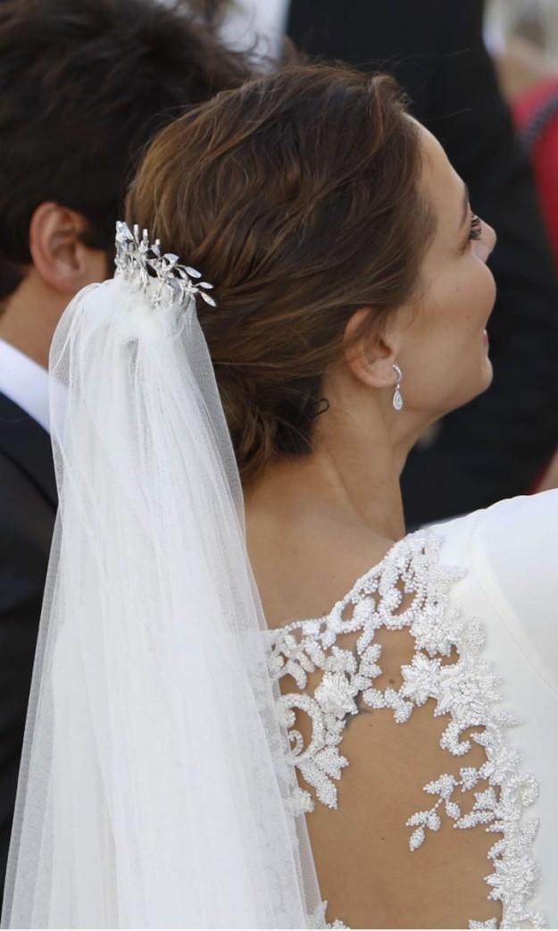 La presentadora Eva González escogió broche y pendientes de Joyería Suárez para su gran día..