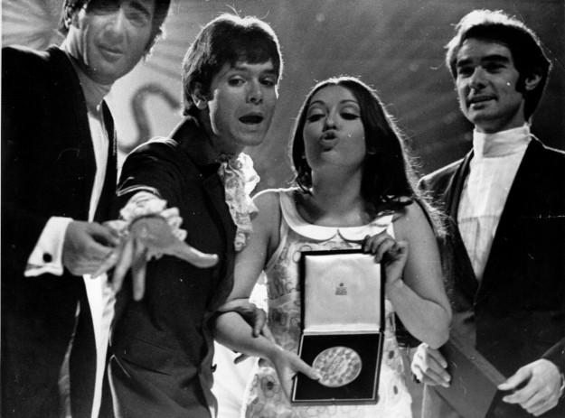 El grupo musical Dúo Dinámico (Manolo de la Calva y Ramón Arcusa) con la cantante Massiel durante el Festival de Eurovisión en Londres en 1968.