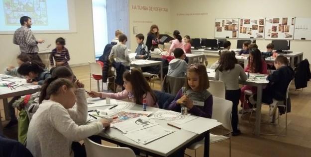 Los niños en los talleres de la Sala de Actividades.