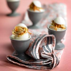 Huevos rellenos con ventresca y ensalada de col.