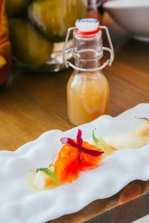 Trucha en salazón con hierbas amargas, kimchi de manzana, chirivía y azafrán con helado de manzana