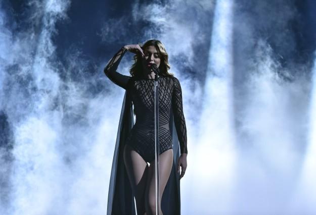 La representante de Armenia durante su actuación en el Festival de Eurovisión.