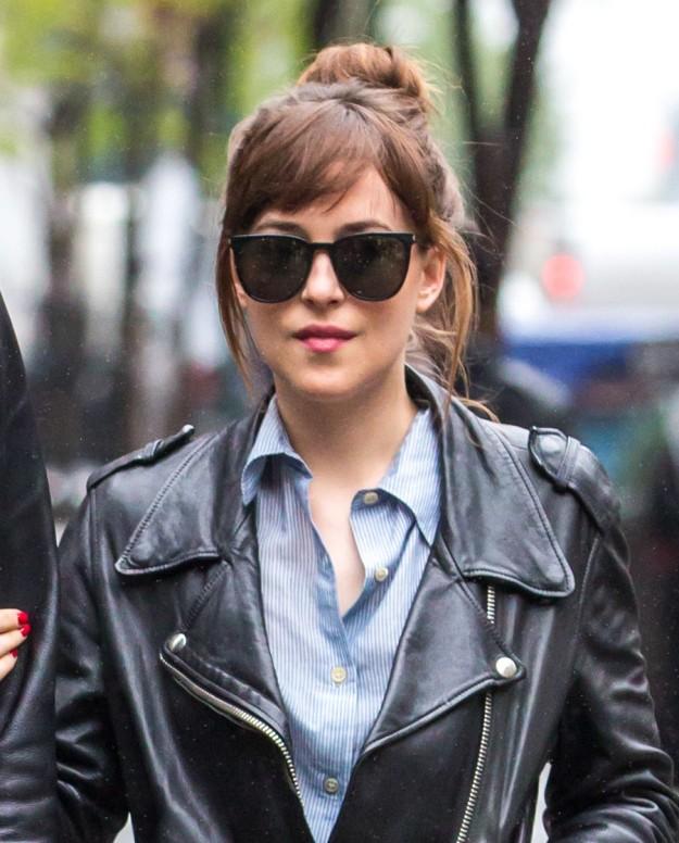 Dakota Johnson elige un moño perfecto para llevar con flequillo XXL o con capas, el moño bun XXL.
