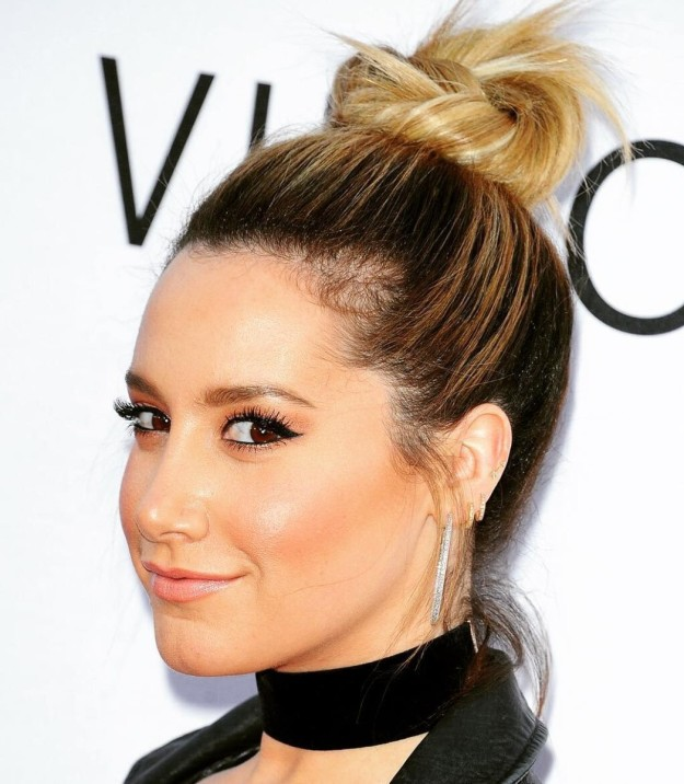 Ashley Tisdale luce el top knot en dos tonos dejando descubierta la raíz de su melena.