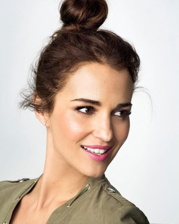 Paula Echevarría se apunta al top knot para estilizar su rostro además de optar por un recogido ideal para sortear el calor y las altas temperaturas.