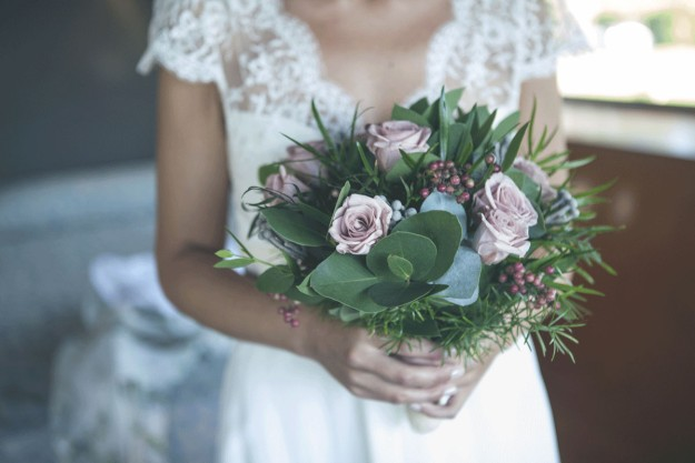 Como bouquet y muy en consonancia con su look de novia romántica, eligió un coqueto ramo que encargó en la floristería La Ilusión de Ferrol.