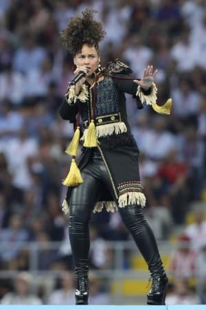 Alicia Keys sin una gota de maquillaje cantando en la final de fútbol de la Champions League.