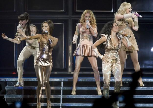 La spice girl, Melanie Brown, desmiente que apagasen el micrófono de su compañera Victoria Beckham durante los conciertos y asegura, que celebrarán este año el 20 aniversario del grupo.