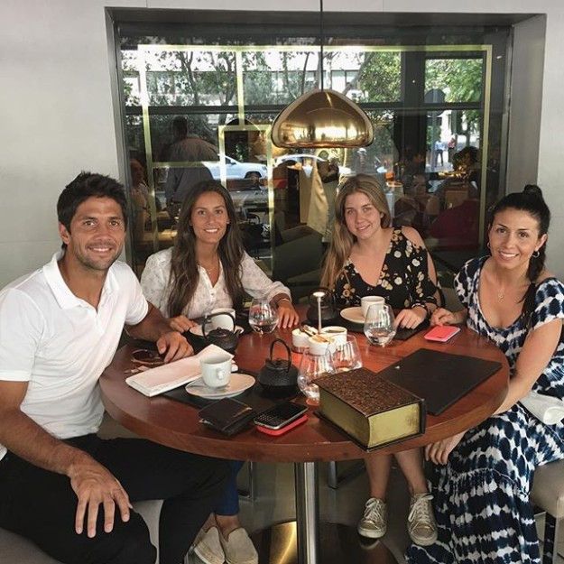 ana Boyer Preysler, pareja del tenista Fernando Verdasco celebra en la foto junto a Sara Verdasco sus últimos momentos como soltera.