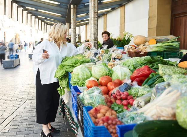 Hèléne Darroze en los mercados de San Sebastián eligiendo la materia prima para su menú.