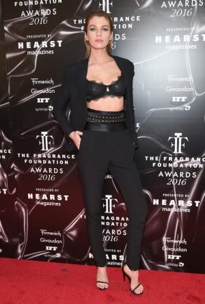 El ángel de Victoria's Secret Stella Maxwell con un esmoquin de Alexandre Vauthier y un sujetador de la firma de la que es imagen.