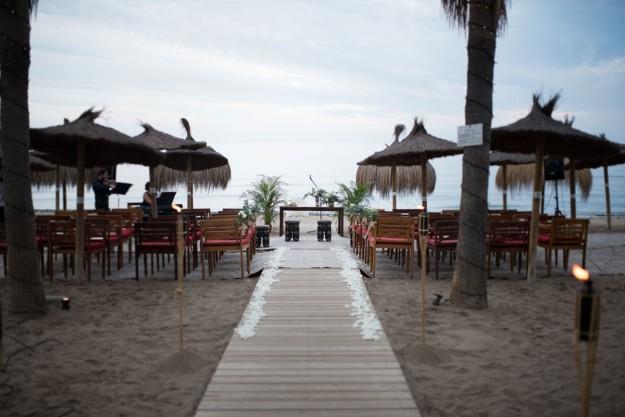 Carolina y Ramón se casaron a pie de playa, en una ceremonia civil oficiada en un enclave mágico que idearon en Trocadero Arena en Marbella.