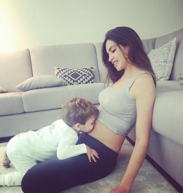 Sara Carbonero confirmó su segundo embarazo con esta tierna imagen en la que Martín le besaba la tripa.