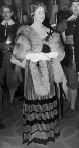 Deborah Mitford en un banquete de la Royal Society of St George de Inglaterra.
