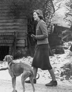 En la casa de Lord Redesdale, Deborah Mitford espera la llegada de su hermana Unity desde Alemania.
