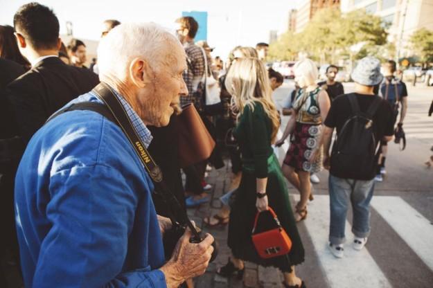 Bill Cunningham en plena acción durante la Semana de la Moda de Nueva York del pasado septiembre.