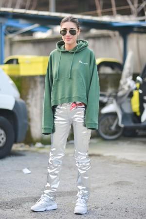 La influencer italiana Patricia Manfield con una sudadera de Vetements, estrella del street style.